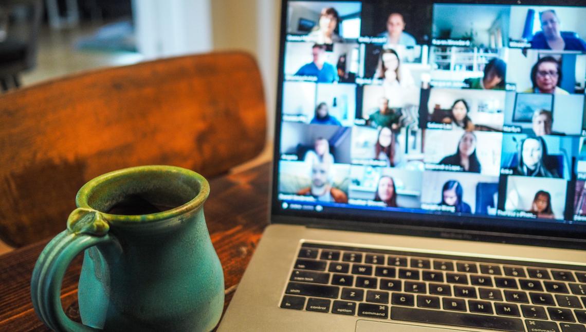 Kaffeetasse mit Laptop während Online-Seminar, © Chris Montgomery / unsplash.com